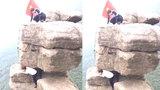 Rùng mình cảnh cô gái bò ra mỏm đá treo leo chụp hình sống ảo