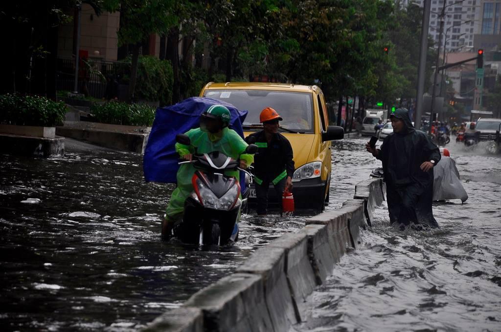 Đường Sài Gòn ngập sâu trong mưa lớn, nhiều người ngã nhào