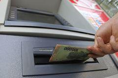 """Những """"chiêu mới"""" lấy cắp dữ liệu thẻ ATM của người dùng"""