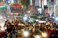Đường phố Sài Gòn kẹt cứng sau cơn mưa chiều