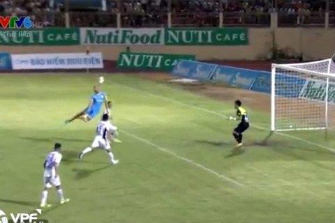 Tình huống trọng tài Văn Kiên thổi penalty oan cho HAGL