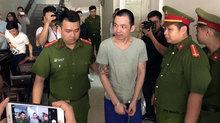 Hai tử tù trốn trại bị còng chân, tay đến tòa