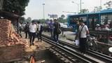 HN: Tàu hỏa dừng sững giữa ngã tư sau tai nạn với xe ba gác