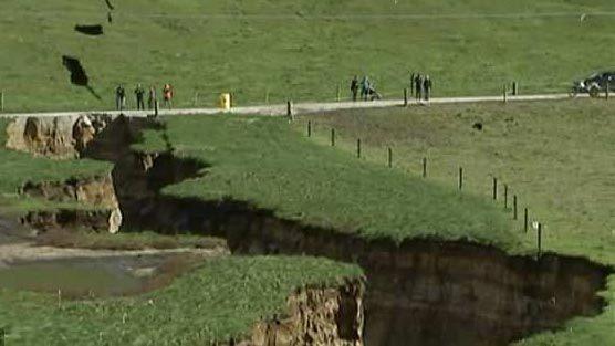 Cận cảnh 'hố tử thần' bất ngờ xuất hiện ở New Zealand