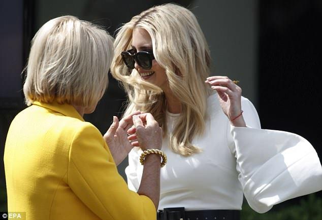 Bà Trump diện áo da đắt tiền giữa trời nắng nóng