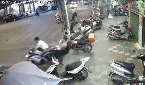 Bi hài clip mô tô phân khối lớn vọt ga, thanh niên ngồi sau ngã dập mông