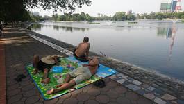 Nắng gắt đầu mùa, người Hà Nội ngột ngạt trải chiếu ngủ ven hồ