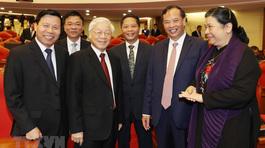 Hình ảnh lãnh đạo Đảng với các đại biểu dự hội nghị TƯ 7