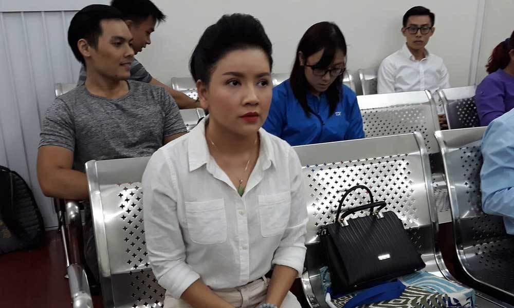 Diễn viên Ngọc Trinh nức nở khi tòa tuyên thắng kiện