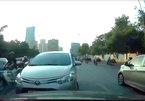 Tài xế bắt dàn xe ngược chiều đi đúng làn trên phố Hà Nội