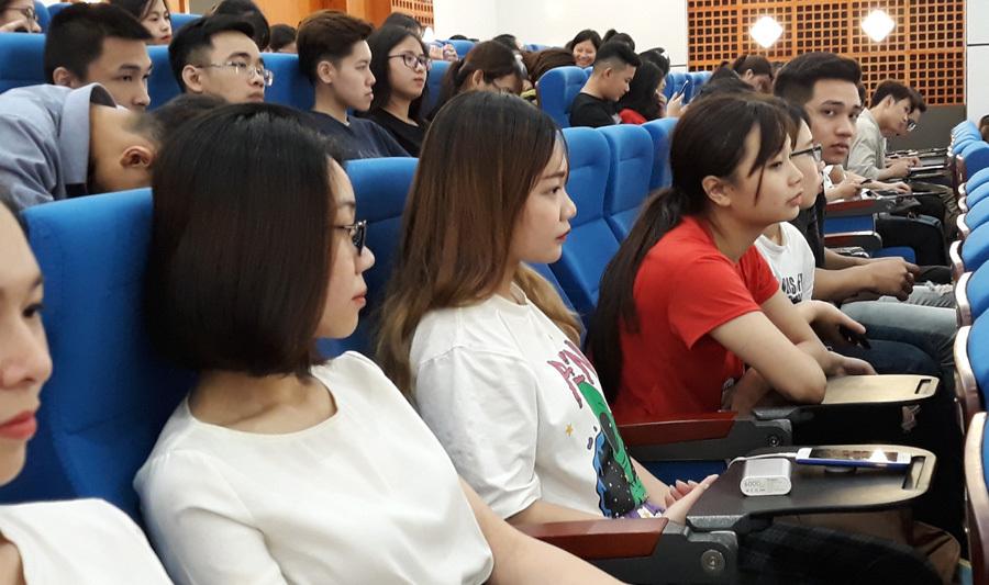 Sinh viên Kinh tế quốc dân đối thoại về biến đổi khí hậu