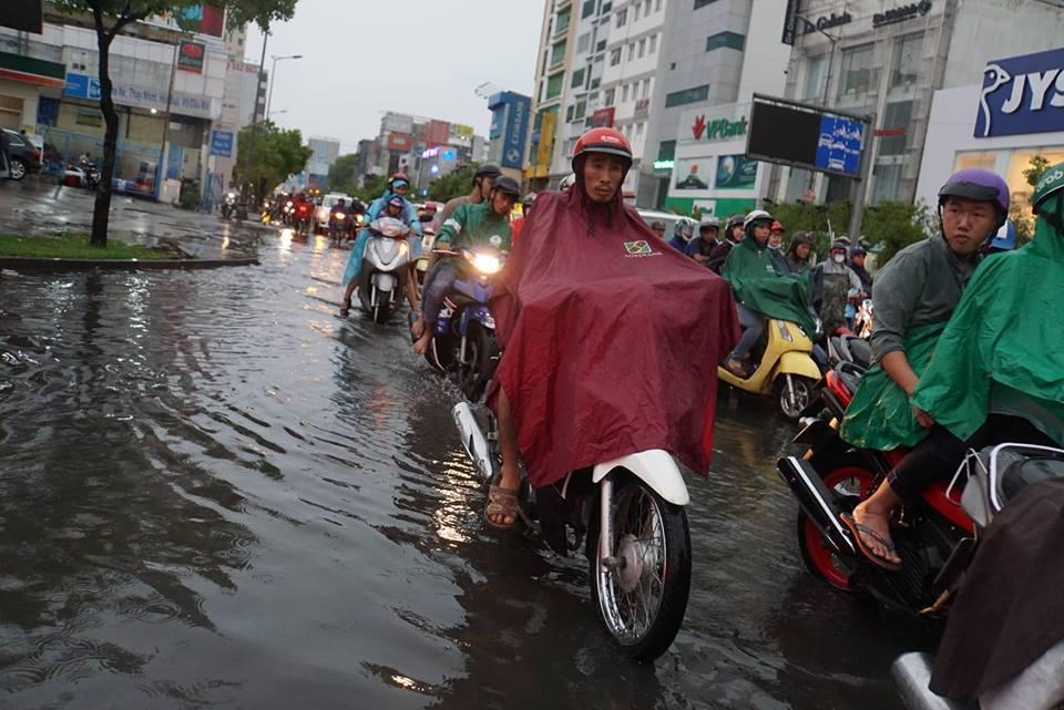 Mưa tối mặt, người Sài Gòn bật đèn xe chạy lò dò giữa chiều