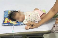 Cháu cấp cứu do sặc sữa, bà đứng ngoài phòng cấp cứu cầu nguyện
