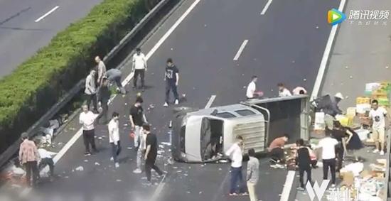 TQ: Xe tải hoa quả bị lật giữa đường và hành động của người dân