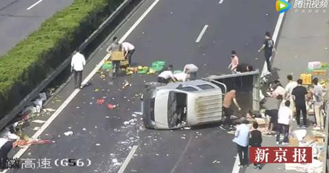 Xe tải hoa quả bị lật giữa đường và hành động của người dân Trung Quốc