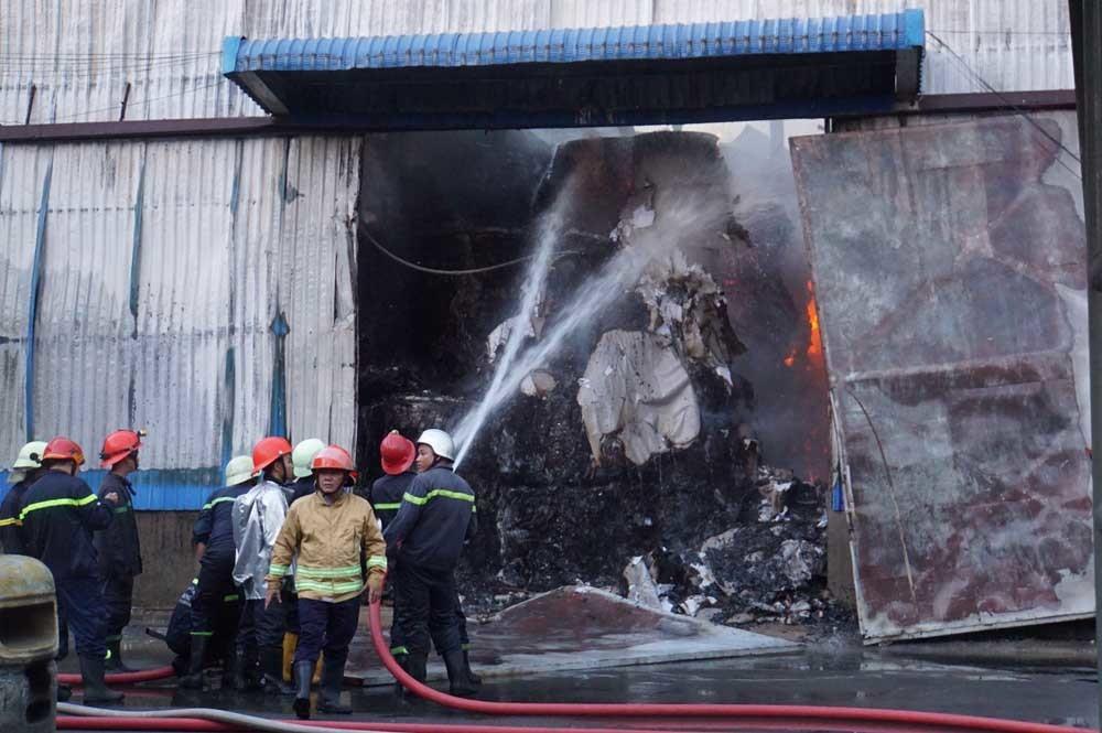 'Biển lửa' bao trùm công ty giấy ở Sài Gòn