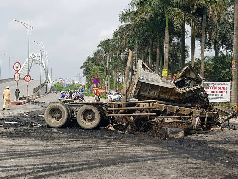 2 xe container nổ tung trước cổng trường, 2 người tử vong