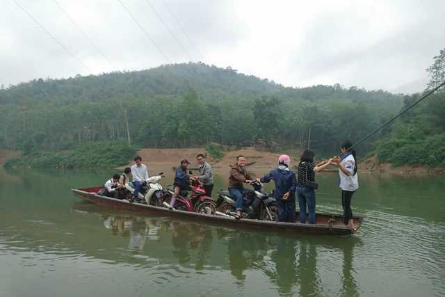 Thanh Hóa: Luân phiên chèo đò đưa học sinh đi học