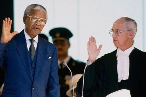 Nelson Mandela tuyên thệ nhậm chức