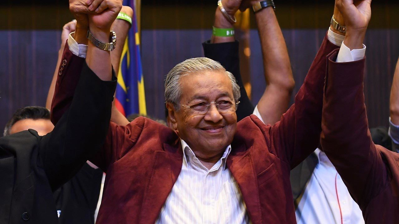 Cựu thủ tướng Malaysia 92 tuổi tái cử ngoạn mục