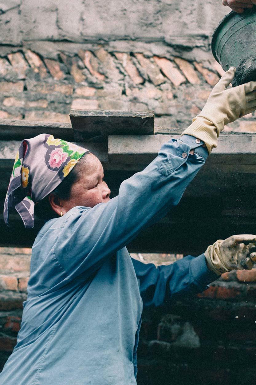 Nụ cười của nữ phụ hồ giữa ngổn ngang sắt thép công trường