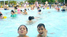 Những lưu ý và cách phòng tránh bệnh cho trẻ khi đi bơi