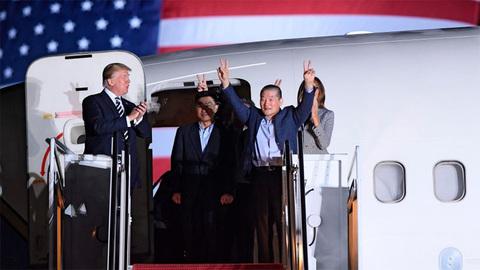 Vợ chồng ông Trump đích thân đón 3 tù nhân từ Triều Tiên về