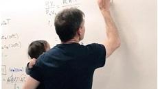 Thích thú bức ảnh giáo sư vừa bế con cho sinh viên vừa hăng say giảng bài
