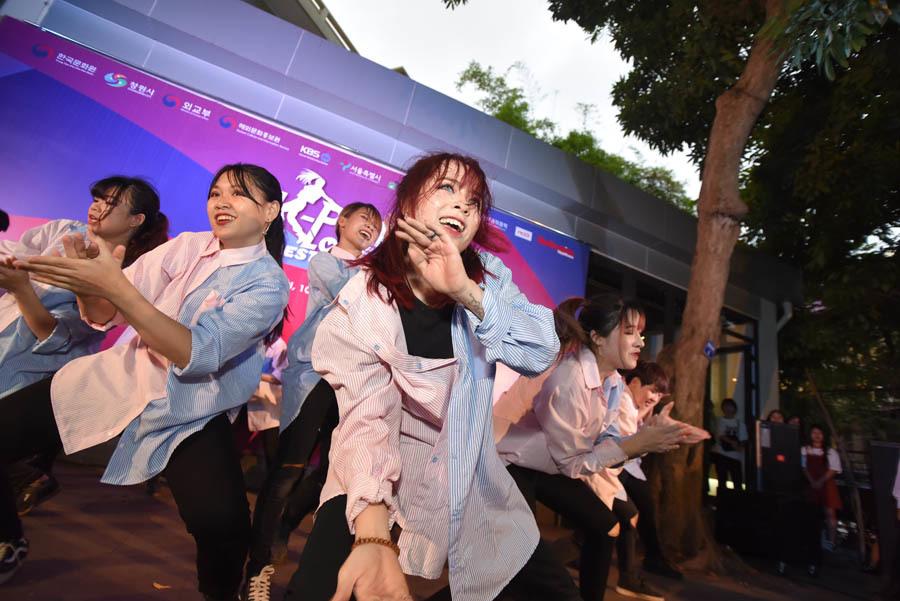 Trúc Nhân cùng hàng trăm bạn trẻ cuồng nhiệt trong lễ hội dành cho fan K-pop
