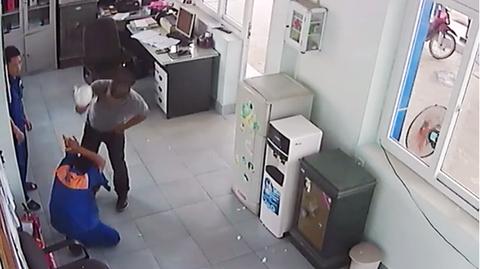 Nhân viên cây xăng bị đánh tóe máu mồm