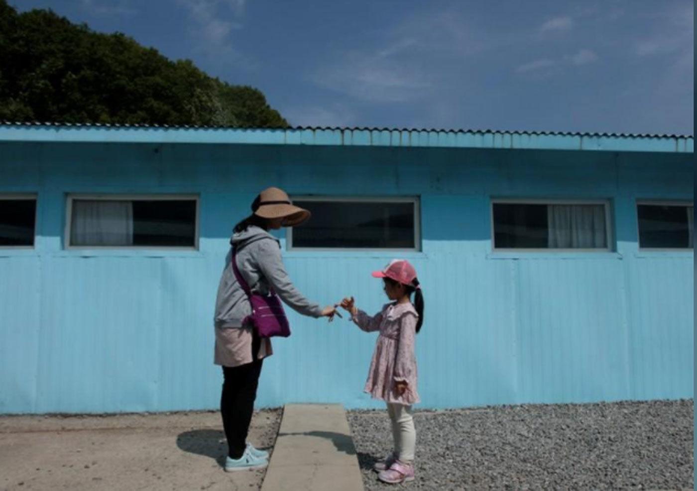 Cơn sốt diễn lại cú bắt tay lịch sử giữa hai lãnh đạo Hàn - Triều