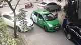 Tranh cãi về việc đỗ xe, chủ xe mercedes cầm gạch đánh tài xế taxi