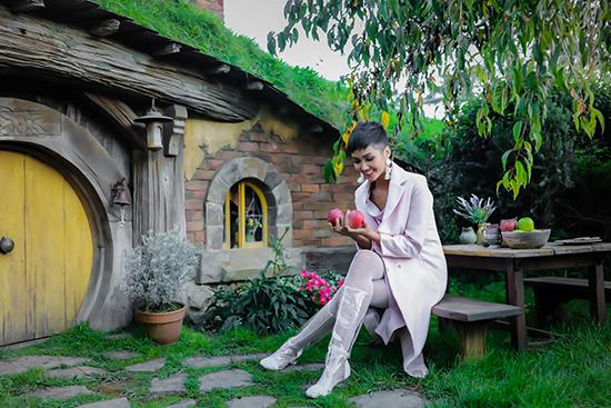 Hoa hậu H'Hen Niê tung loạt ảnh ngọt ngào ở trời Tây