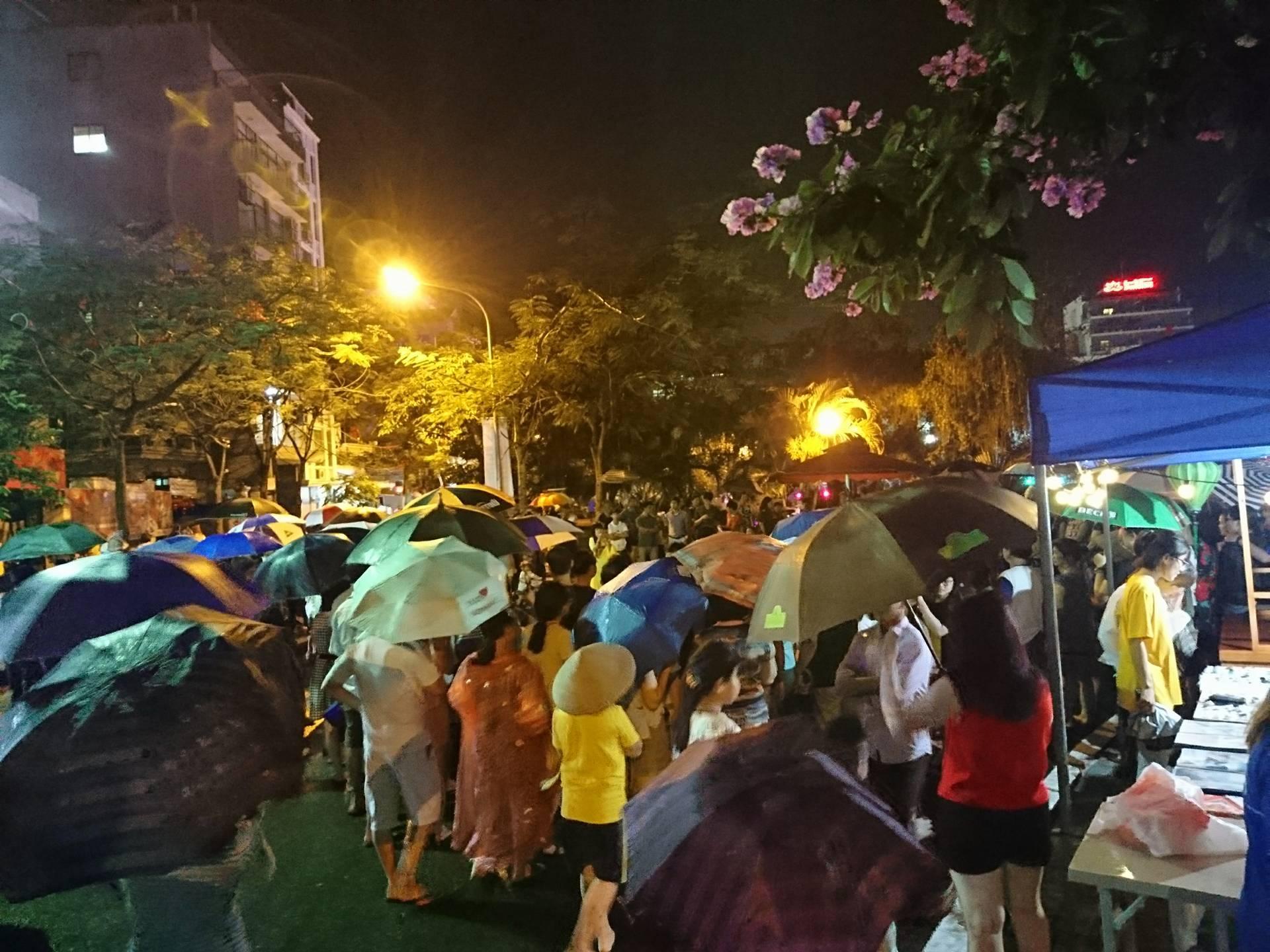 Nghìn người đội mưa dự lễ khai trương phố đi bộ Trịnh Công Sơn