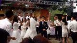 """Chú rể """"đơ"""" người trước màn biểu diễn bốc lửa của cô dâu"""