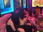 Hàng chục tiếp viên mặc khêu gợi tiếp khách trong nhà hàng ở Sài Gòn