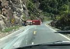Lật xe khách chở cán bộ hưu trí, 2 người chết 15 người bị thương