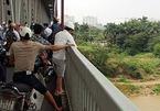 Để lại bó hoa trên cầu Thăng Long, cô gái gieo mình xuống sông Hồng