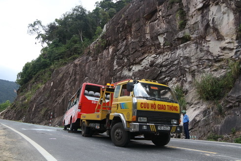 Hiện trường vụ lật xe khách trên đèo, 17 người thương vong