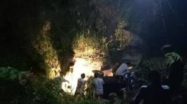Xe công nông lao xuống suối, lái xe và 2 trẻ em thiệt mạng