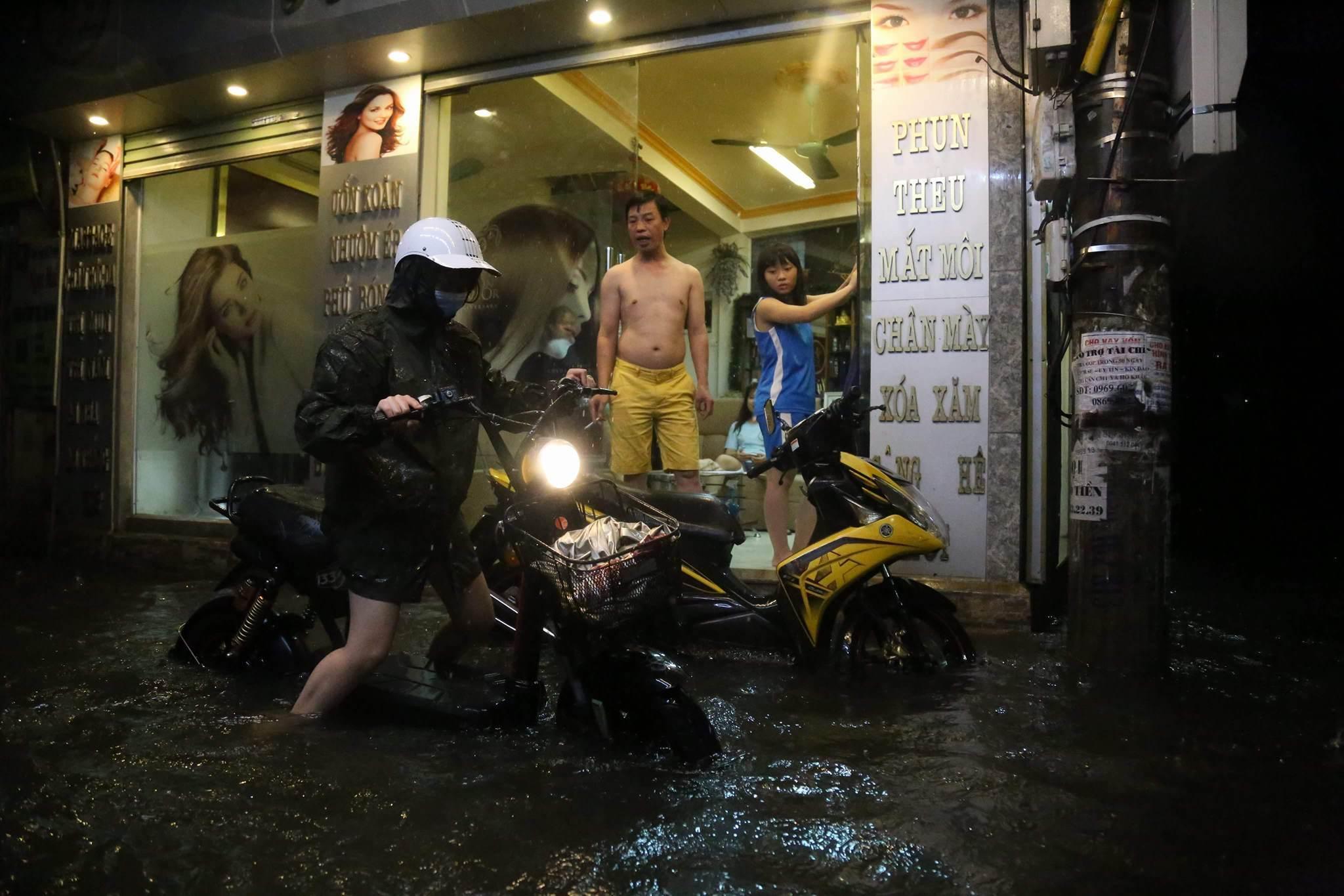 Đường Hà Nội thành sông, khốn khổ tìm đường về nhà
