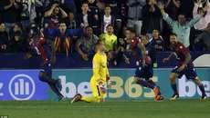 Ghi 4 bàn, Barca vẫn bị chặn đứng chuỗi trận bất bại