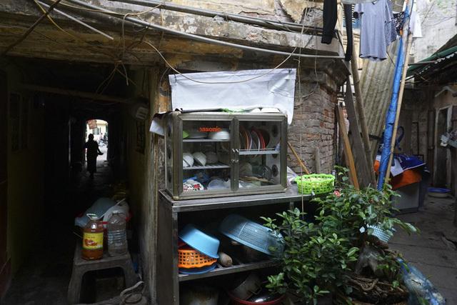 Bên trong những biệt thự cổ xập xệ đến khó tin ở Hà Nội