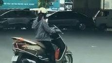 'Ninja Lead' vượt đèn đỏ, thản nhiên dừng xe giữa ngã tư xem điện thoại