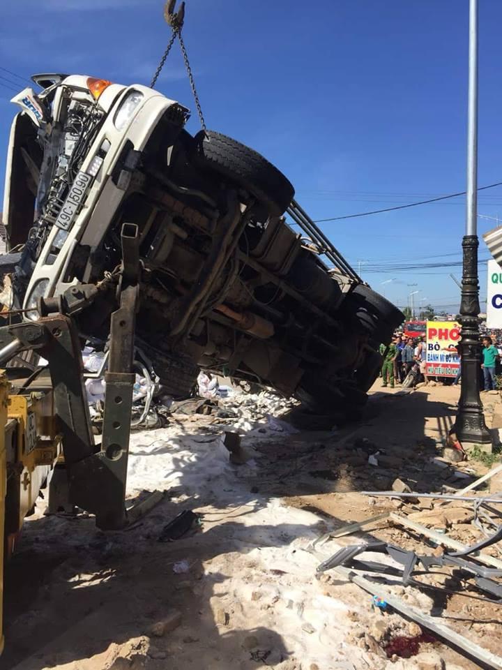 Xe tải mất lái tông cả loạt ô tô, xe máy, 5 người chết