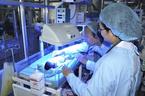 74 ngày hồi sinh của cặp song sinh 1kg, không khóc không thở