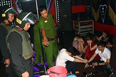 Viên chức chơi ma tuý, nhảy múa trong quán karaoke ở miền Tây