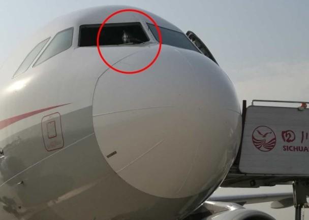 Máy bay TQ vỡ kính giữa trời, phi công bị thương ở mặt
