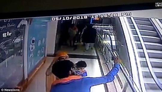 Mẹ mải chụp ảnh trên thang cuốn, làm con nhỏ xuống đất tử vong