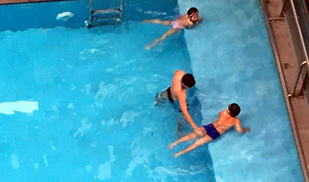 Chuyện dưới hồ bơi khiến nhiều người giật mình